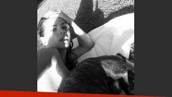 La China Suárez tomó sol con su perro (Apolo) y tuiteó la foto. (Foto: @chinasuarez)