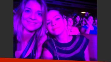 La China Suárez y su amiga, Daniela Aita, en el show (Foto: Twitter).