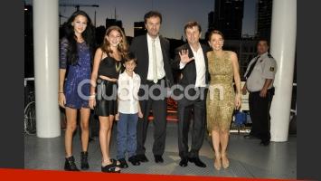 Diego y Romina con Alejandro Korol y su familia. (Foto: Jennifer Rubio-Ciudad.com)