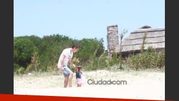 Adrián Suar y Griselda Sicliani, felices junto a Margarita en Punta (Foto: TM Press).