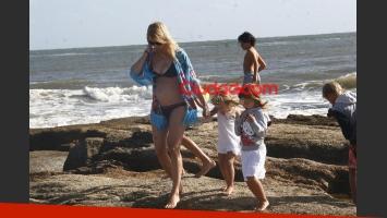Nicole Neumann lució su pancita de 4 meses en las playas de Punta del Este. (Foto: Ciudad.com)