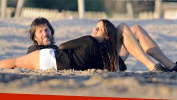 Eduardo Celasco y Vito Rodríguez, una pareja apasionada en las playas de Mardel (Foto: Gente)