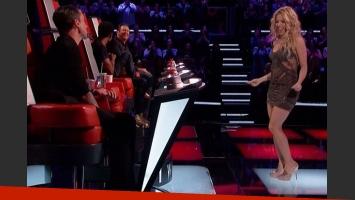La tortura de Shakira a Adam Levine: le bailó con su sensual movimiento de caderas. (Foto: NBC)