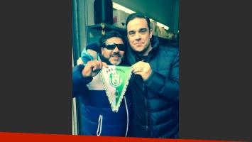 Abi Atici y Robbie Williams, quien pensó que en realidad era el verdadero Maradona. (Foto: @robbiewilliams)