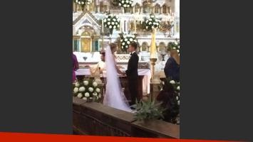 Los novios, en el altar de la iglesia (Foto: @joeleit).