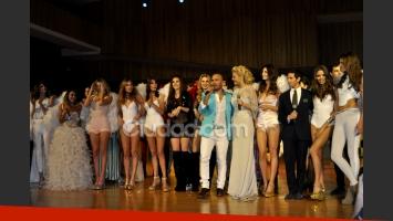 Javier Luna y sus modelos en su desfile solidario. (Foto: Jennifer Rubio-Ciudad.com)