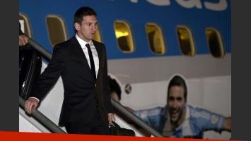 Lionel Messi baja del avión para pisar tierra brasileña. (Foto: @Argentina)