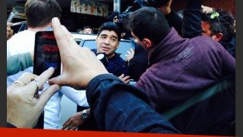 Diego Maradona, a la salida del teatro. (Foto: Twitter @hannahbolena)