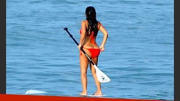 Kim Kardashian mostró sus peligrosas curvas luciendo una bikini roja y protagonizó blooper hot. (Foto: Grosby Group)