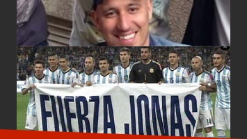 La bandera de apoyo de la Selección a Jonás Gutiérrez. (Fotos: diario Olé y Web)