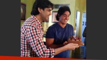 Sebastián Estevanez, sorprendido por el elenco de Camino al amor por su cumpleaños (Foto: Twitter)