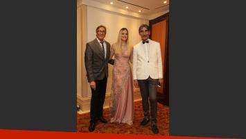 Mariela Anchipi junto a Edgardo Coton y Mario Vidal de Iara Alta Costura. (Foto: Web)