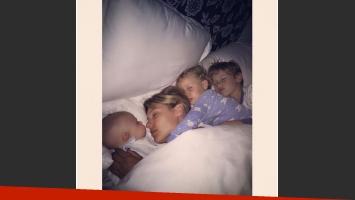 La tierna foto de Pampita durmiendo con sus tres hijos: