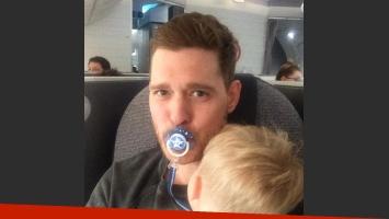 Michael Bublé y su hijo Noah en el avión. (Foto: Instagram)