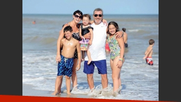 Pamela David y Daniel Vila, apasionados en el mar: mimos y juegos playeros con sus hijos  (Foto: Gente)