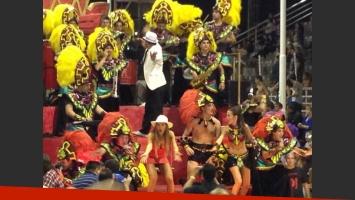 Martín Amestoy se puso las plumas para el Carnaval de Gualeguaychú. (Fotos: Twitter)