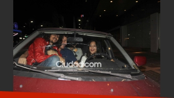 Inés Estévez, Javier Malosetti y amigos en el auto de Emme. (Foto: Movilpress)