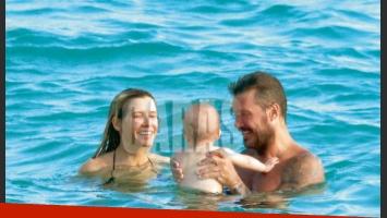 Marcelo Tinelli y Guillermina Valdés junto a Lolo, en una paradisíaca playa nudista de Saint Barth. (Foto: revista Caras)