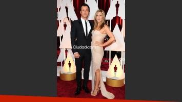 Jennifer Aniston y su novio, Justin Theroux, enamorados en la alfombra roja (Foto: Grosby Group).