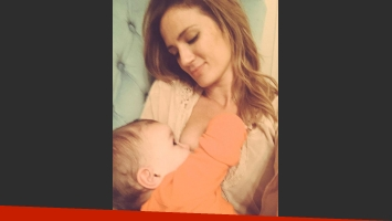 Paula Chaves y su foto más tierna amamantando a Olivia (Foto: Twitter).