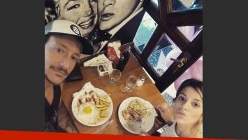 Nicolás Vázquez y Gimena Accardi, una pareja que le hace la guerra a los platos gourmet. (Foto: Instagram)