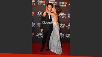 Pampita y Benjamín Vicuña, elegancia a puro mimo en la alfombra roja de la Telefiesta. (Foto: Movilpress)