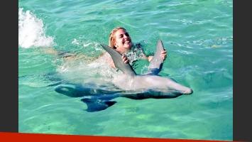 Virginia Gallardo y su novio nadaron con delfines (Foto: Twitter)