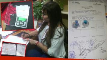 Moria Casán, firmando el documento en el que reconoce la tenencia de droga en la cárcel. Y la cantidad hallada, sobre una balanza, que marca 1,6 gramos. (Fotos: @alelopezpy)