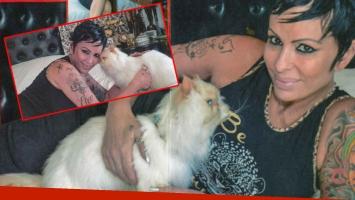 La impactante producción de fotos de Daniela Cardone con su gato embalsamado para la revista Paparazzi.