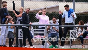 Messi, Antonella, Shakira, Piqué y Luis Suárez alentaron a sus hijos. (Foto: Grosby Group)