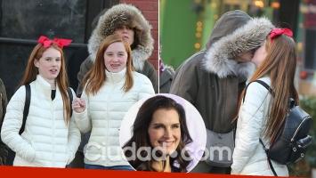 Brooke Shields, retratada dándole un piquito de amor a su hija preadolescente. (Foto: Grosby Group)