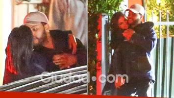 Selena Gomez, a los besos con el cantante The Weeknd, exnovio de Bella Hadid. Foto: Grosby Group.