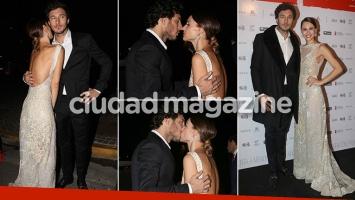 ¡Noche de mimos! Pampita y Pico Mónaco, besos y arrumacos de una pareja glam. (Foto: Movilpress)