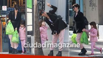 ¡Día de chicas! Griselda Siciliani y su hija, Margarita, de compras por las calles de Palermo. (Foto: Movilpress)
