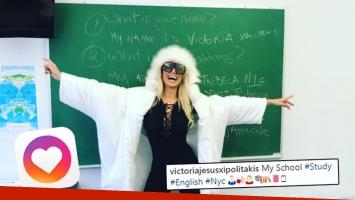 """¡Griega auténtica! El particular look """"estudiantil"""" de Vicky Xipolitakis para asistir a la escuela en Nueva York."""