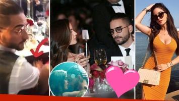 ¡Por debajo de la mesa! Maluma, mimos infraganti con la modelo del clip Felices los 4 en una gala solidaria.