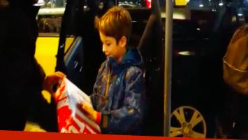 Taxistas sorprendieron al niño que perdió su consola