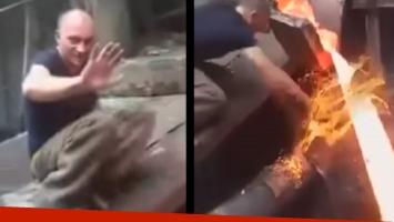 Hombre pasa la mano por metal fundido y no se quema