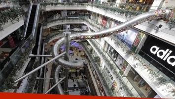 Tobogán gigante es la atracción de un centro comercial