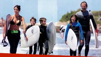 ¡Familia surfera! Facundo Arana y María Susini junto a sus hijos: deporte extremo en las playas de Mardel