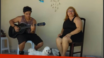 Perros le robaron el show a este dúo musical