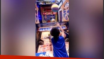 Un niño ganó fama en las redes por encestar como Michael Jordan