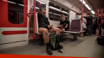 Cientos de personas tomaron el subte de Berlín en ropa interior