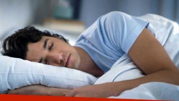 Cambiar las sábanas regularmente ayuda a la salud de la piel y el cabello