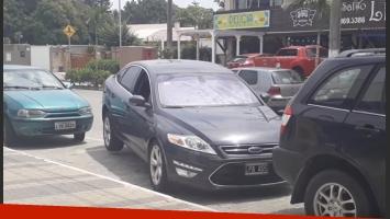 Conductor hizo levitar su auto para salir del estacionamiento