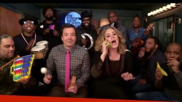 Adele se atrevió a cantar acompañada por instrumentos musicales de juguete. Foto: Captura