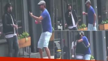 DiCaprio le hizo una divertida broma a Jonah Hill en una calle de Nueva York (Foto: captura de video Grosby Group)