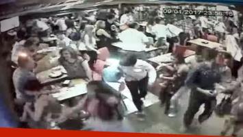 El video de la estampida por pánico en Carlos Paz: corridas, gritos, rotura de vidrieras