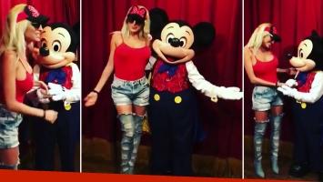 Vicky Xipolitakis y Mickey Mouse en Magic Kindom. Foto: Instagram
