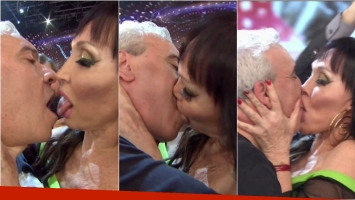 El larguísimo beso de lengua de Moria Casán y Coco Sily en ShowMatch. Foto: Captura